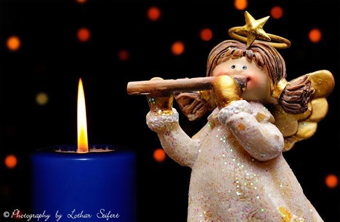 weihnachtskarte mit engel das m dchen spielt eine fl te. Black Bedroom Furniture Sets. Home Design Ideas
